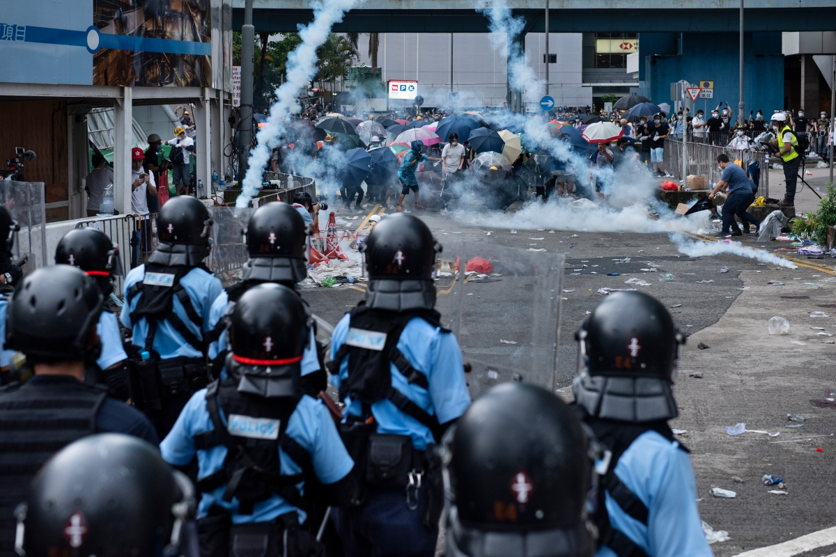 Article image for Hong Kong extradition protests 'turn nasty' as police fire rubber bullets and tear gas