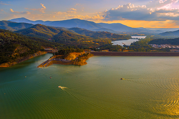 Article image for Lake Eildon health warning issued as peak tourist season approaches