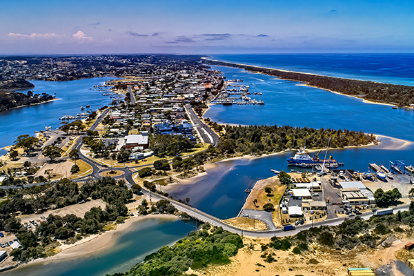 Article image for Pub, winery and supermarket added to list of possible COVID-19 exposure sites at Lakes Entrance