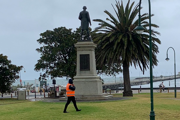 Article image for Security guards protect Captain Cook statue from vandals
