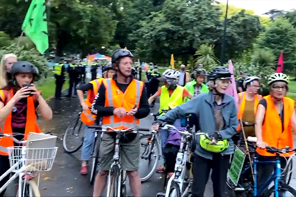 Article image for Police fail to make good on promise to remove camping protesters from Carlton Gardens