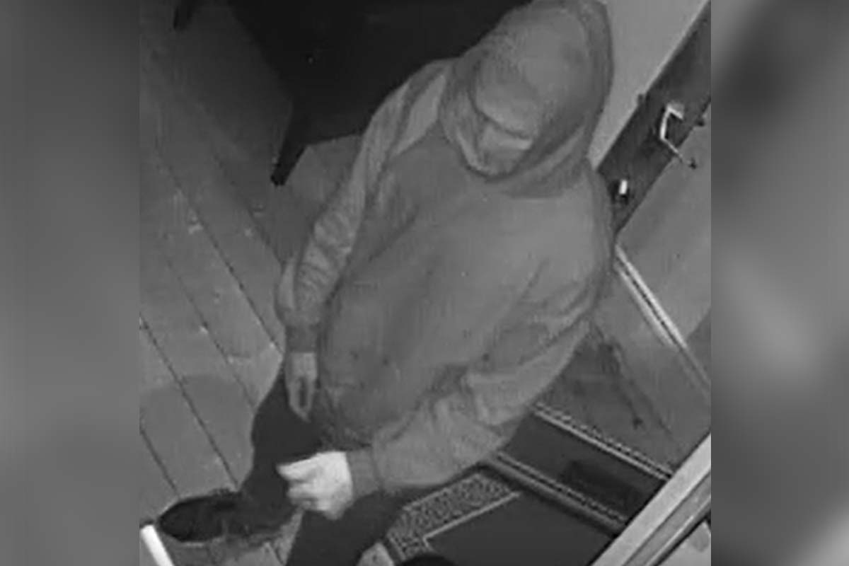 Article image for Hunt for knife-wielding robber who held up Port Melbourne business