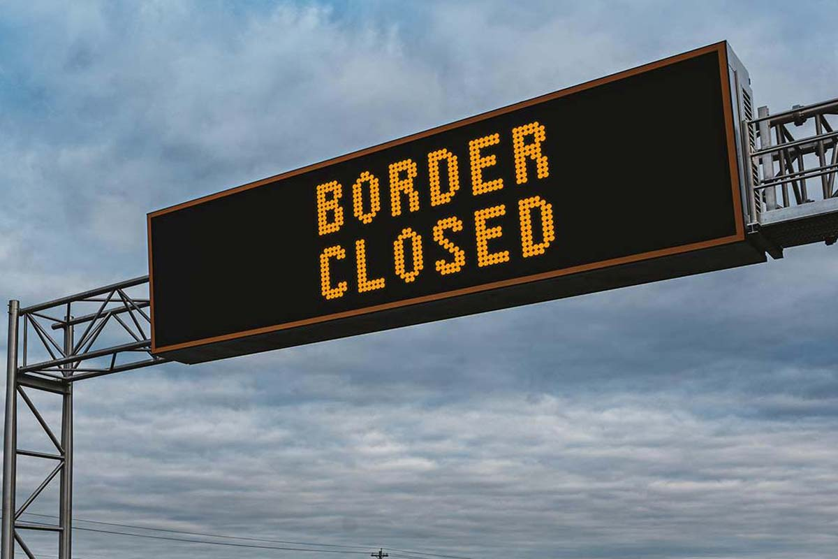 Article image for Former WHO epidemiologist says it's time to shut the border with NSW
